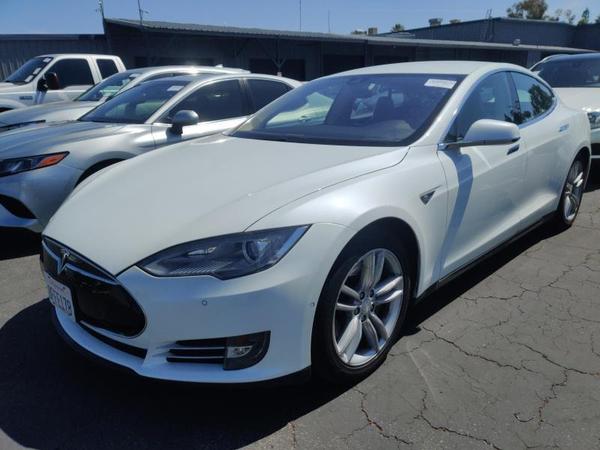 Tesla,  S 60,  2014,  белый. Запас хода от 350 км