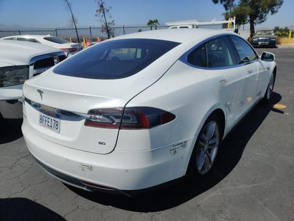 Tesla,  S 60,  2014,  белый. Запас хода от 350 км 2